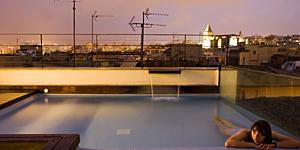 Auf der Dachterrasse des Hotel TRES / © TRES