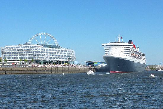"""Die """"Queen Mary 2"""" am Cruise Center. Das Lieblingsschiff der Hamburger ist der Star der Auslaufparade beim 822. Hafengeburtstag."""