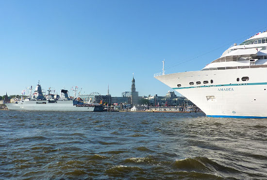 """Das Kreuzfahrtschiff """"MS Amadea"""" verabschiedet sich bei der Auslaufparade von Hamburg."""
