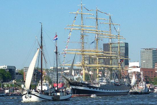 """Auch das russische Segelschulschiff """"Krusenstern"""" war bei der Auslaufparade beim 822. Hafengeburtstag mit von der Partie."""