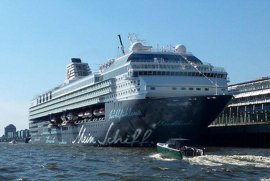 """Die """"Mein Schiff 2"""" von TUI Cruises wartet auf ihre Taufe am 14. Mai 2011 in Hamburg."""