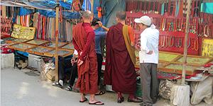 Mönche an einem Verkaufsstand