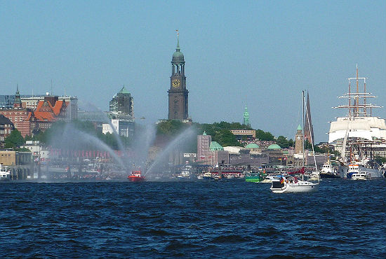Das Feuerschiff führt mit seinen eindrucksvollen Fontänen die Auslaufparade an.