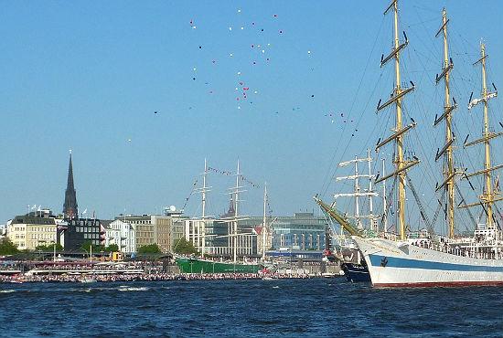 """Der russische Großsegler """"MIR"""" lässt bunte Luftballons steigen. Im Hintergrund das Hamburger Museumsschiff """"Rickmer Rickmers""""."""