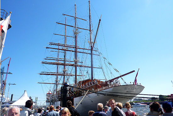 """Auch die majestätische und rund 110 Meter lange Viermastbark """"Sea Cloud"""" machte in Hamburg Station."""