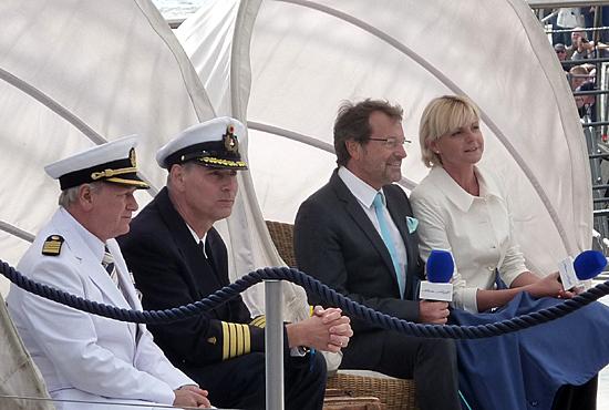 """Kapitän der """"Mein Schiff 2"""" Kjell Holm, Hamburgs Hafenkapitän Jörg Pollmann, TUI Cruises CEO Richard Vogel und Patin der """"Mein Schiff 2"""" Anja Fichtel warten auf die Taufe. (v. l. n. r.)"""