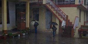 Junge Tibeter flüchten vor dem gnadenlosen Monsun in die Häuser © P.Höhnel