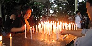 Kerzen werden im Tempel zu Ehren des Dalai Lamas entzündet.