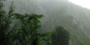 Der Regen und der Nebel versetzen die Berge in mystische Stimmung