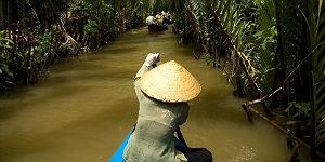 Unterwegs auf einem schmalen Seitenarm des Mekong © Mekong Eyes
