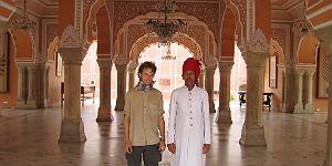 Mit einer Garde im Stadtpalast von Jaipur