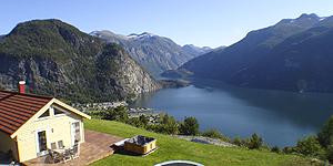 Ferienhaus 33344 Nördliches Fjordnorwegen: Premiumhaus direkt am Fjord für max. 8 Personen. Terrasse mit Panorama-Seeblick und Whirlpool im Außenbereich. 1 Woche ab 1.040 Euro.