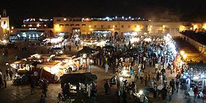 Buntes Treiben Tag und Nacht auf dem Platz Djemma el Fna