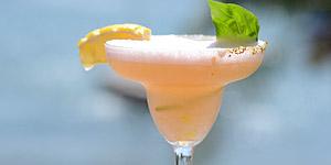 Karibisch feiern mit Cocktails auf Aruba