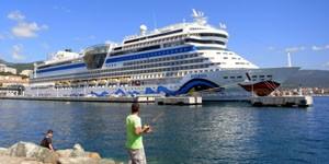 300 AIDAblu im Hafen von Ajaccio (c) Thomas Sbikowski