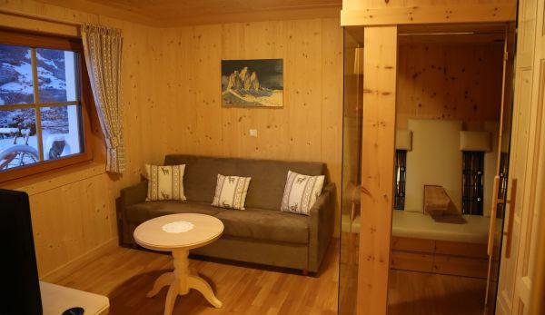 Wohnzimmer mit Infrarotkabine © Thomas Sbikowski